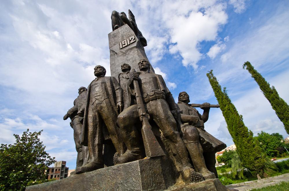 monumento di eroi dell'indipendenza in Albania