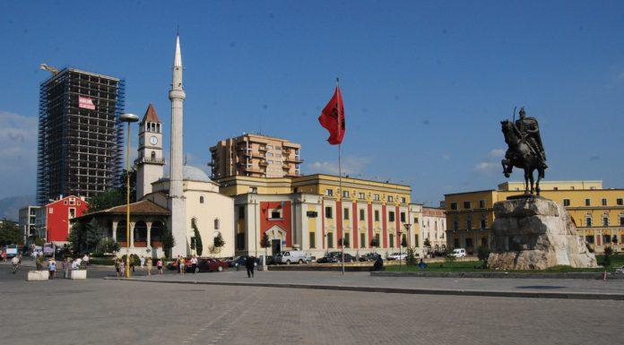 Dormire in Albania , Tirana piazza centrale